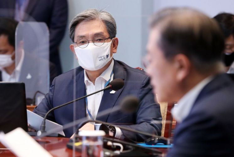 노영민 대통령 비서실장이 지난달 28일 청와대에서 열린 수석·보좌관 회의에 참석해 있다. <사진=연합뉴스>