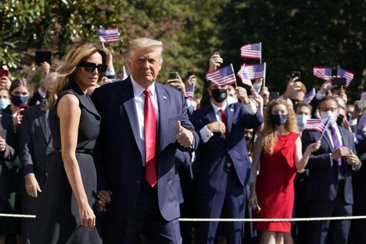 트럼프 대통령이 TV토론회 참석을 위해 멜라니아 여사와 함께 백악관을 떠나고 있다. [이미지출처=AP연합뉴스]