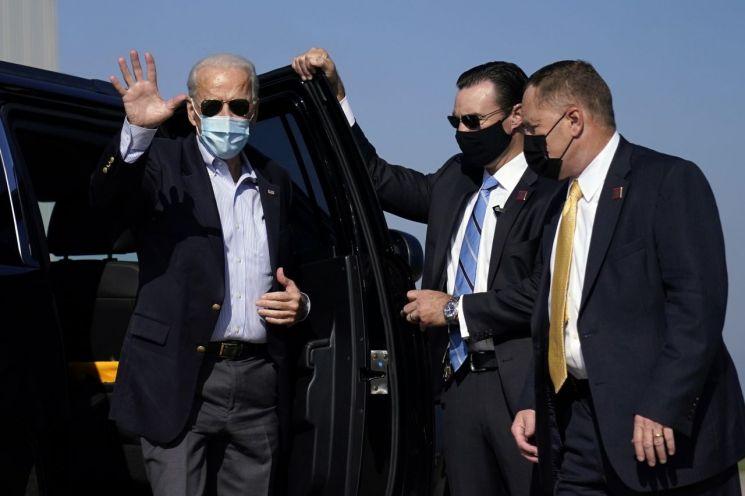 조 바이든 민주당 대선 후보가 TV토론회장으로 떠나기 위해 공항에 도착했다. [이미지출처=AP연합뉴스]