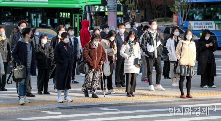 절기상 서리가 내린다는 '상강(霜降)'이자 올 가을 들어 가장 쌀쌀한 날씨가 나타난 23일 서울 종로구 세종로 네거리 인근에서 직장인들이 출근길에 오르고 있다./강진형 기자aymsdream@