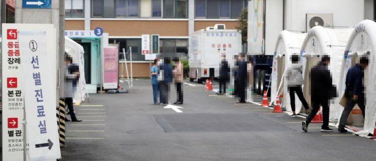 22일 서울 국립중앙의료원 코로나19 선별진료소에서 시민들이 코로나 19 검사 등을 위해 대기하고 있다. [이미지출처=연합뉴스]