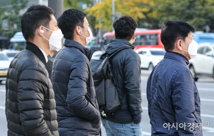 절기상 서리가 내린다는 '상강(霜降)'이자 올 가을 들어 가장 쌀쌀한 날씨가 나타난 23일 서울 종로구 세종로 네거리에서 직장인들이 출근길에 오르고 있다./강진형 기자aymsdream@