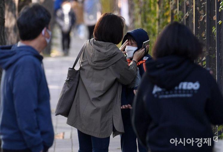서리가 내린다는 절기 상강(霜降)이자 올가을 가장 쌀쌀한 날씨를 보인 지난 23일 서울 서초구의 한 초등학교 앞에서 한 엄마가 등교하는 아이의 얼굴을 쓰다듬고 있다.