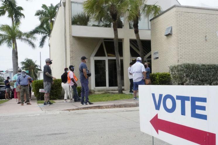 미국 대선 조기투표에 나선 유권자들이 줄 서 있다. [이미지출처=AP연합뉴스]
