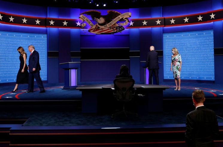 TV토론을 마치고 두 후보가 부인과 함께 퇴장하고 있다. [이미지출처=로이터연합뉴스]