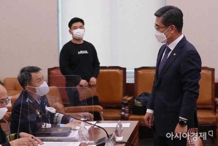 [포토] 이성용 공군참모총장과 대화 나누는 서욱 장관