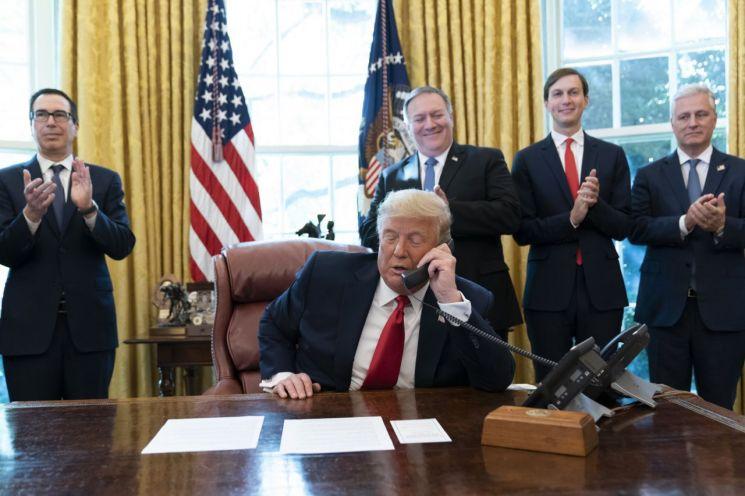 트럼프 대통령이 수단, 이스라엘 지도자 통화하자 각료들이 박수를 치고 있다. [이미지출처=AP연합뉴스]