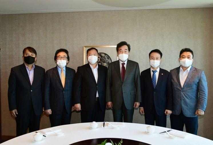 김인호 서울시의회 의장(왼쪽 네번째)을 포함한 서울시의회 의장단이 이낙연 더불어민주당 대표를 만나 지방자치법 개정안 통과 등을 요청했다.