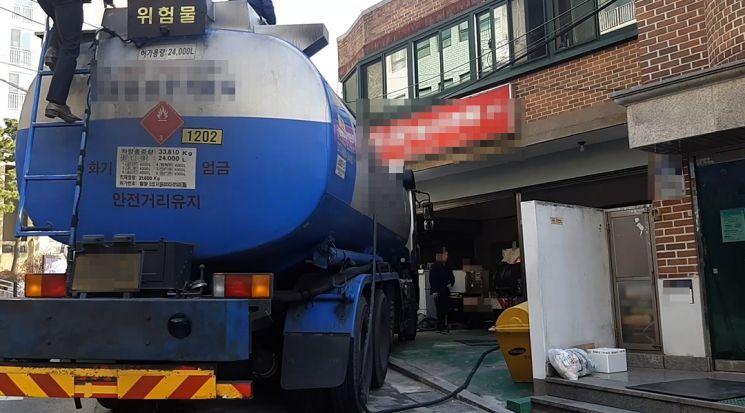 사진은 가짜석유 압수하는 모습. [이미지출처=연합뉴스]