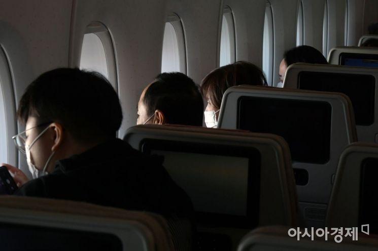 24일 인천공항을 출발한 아시아나항공 'A380 한반도 일주 비행' 항공기에 탑승한 승객들이 바깥 풍경을 보고 있다. /공항사진기자단