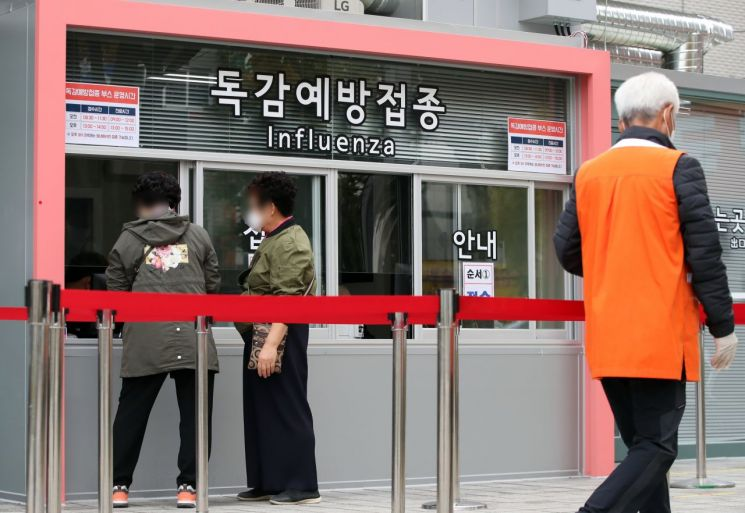 지난 22일 서울의 한 병원 독감 예방접종 창구 앞이 한산한 모습을 보이고 있다. 사진=연합뉴스