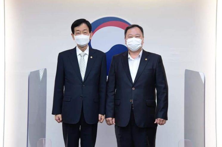 김인호 의장(오른쪽)이 진영 행정안전부 장관을 방문했다.