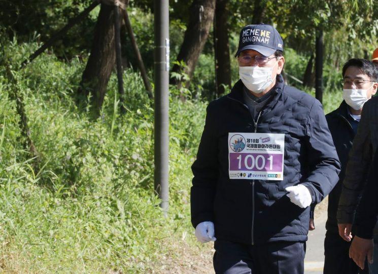 [포토]정순균 강남구청장 '온택트 국제평화마라톤대회' 참가