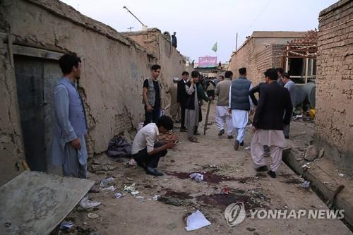 24일 자살폭탄 공격이 발생한 아프간 카불 교육센터 인근 현장. [AFP=연합뉴스][이미지출처 = 연합뉴스]