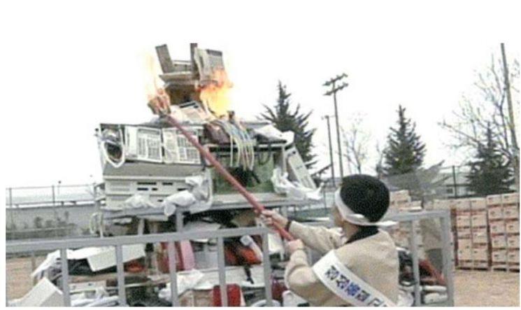이건희 삼성그룹 회장은 1995년 구미사업장에 불량 휴대전화 15만대를 모아 불에 태우는 '화형식'을 진행하며 삼성에 근본적인 체질 개선의 필요성을 강조했다. 당시 화형식 모습.