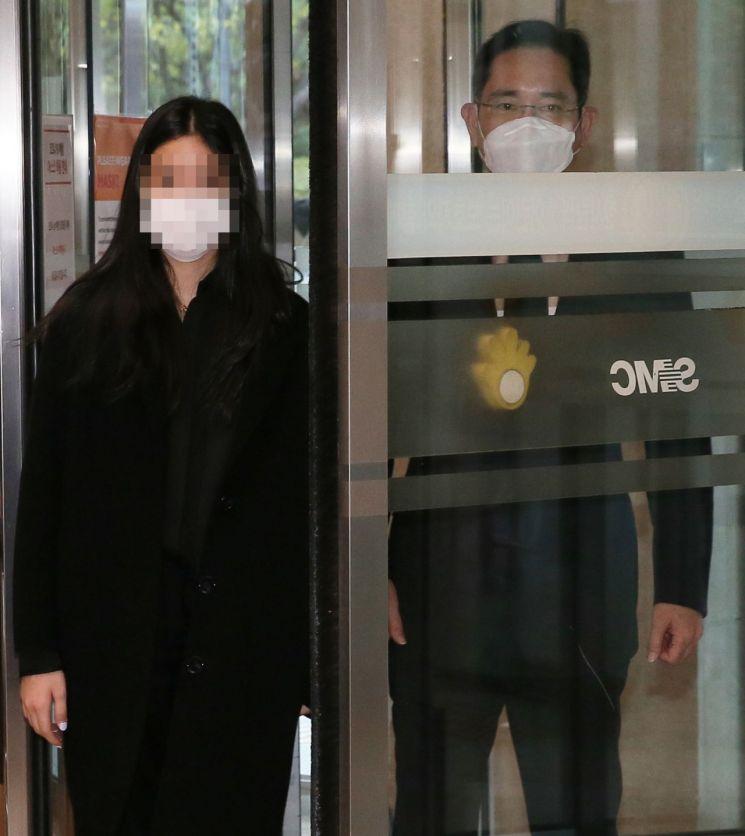 [포토] 장례식장 들어서는 이재용 부회장 딸 이원주 양