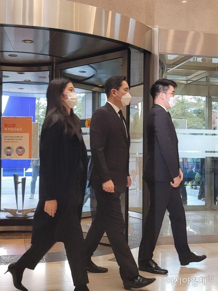 이재용 삼성전자 부회장이 자녀들과 함께 이건희 삼성그룹 회장의 빈소가 마련된 서울 강남구 일원동 삼성서울병원 장례식장을 찾았다.