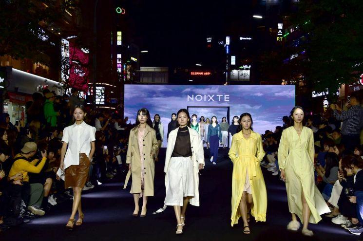 지난해 신촌 연세로에서 열린 이파로(E-FaRo) 패션쇼 모습. 올해는 '홍제유연'에서 열린다.
