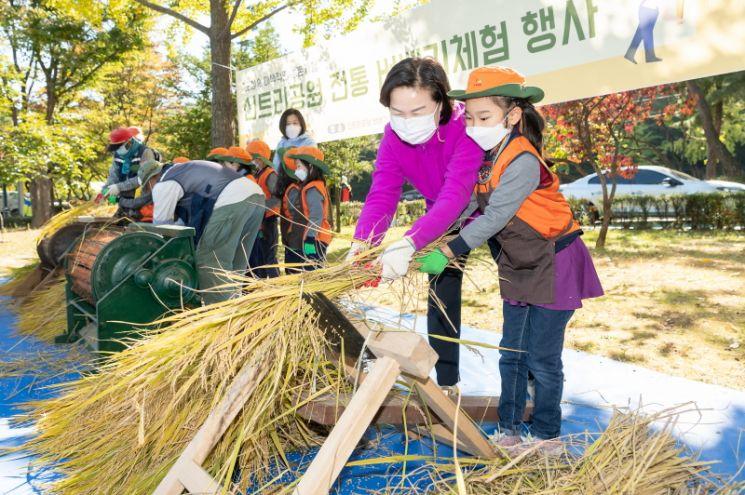 [포토] 김수영 양천구청장, 어린이들과 도심 속 추수 체험