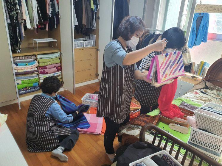 22일 광진구 '주민기술학교' 정리수납 과정 수강생들이 한 가정을 방문, 현장실습을 진행하고 있는 모습