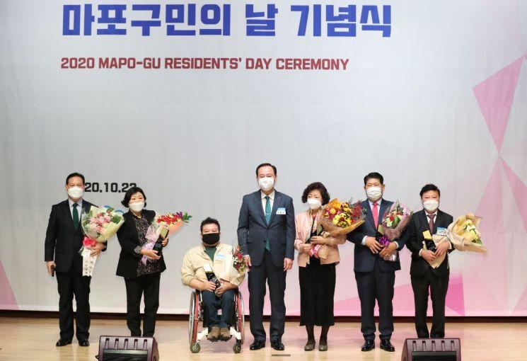 유동균 마포구청장이(가운데) 상패 수여 후 구민상 수상자들과 함께 기념촬영하고 있다.
