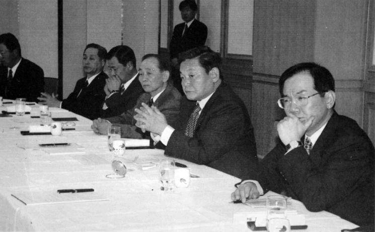 25일 서울 일원동 삼성서울병원에서 별세한 이건희 삼성 회장이 1997년 일본 전자 소그룹 사장단 회의를 주재하던 모습. [이미지출처=연합뉴스]