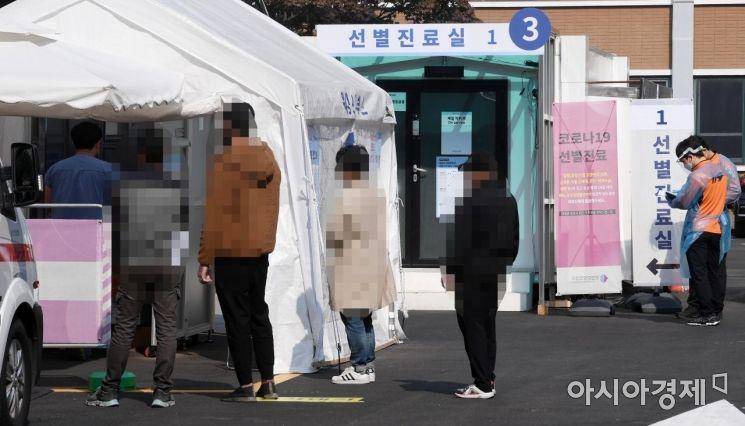 [포토] 선별진료소에 줄 선 시민들