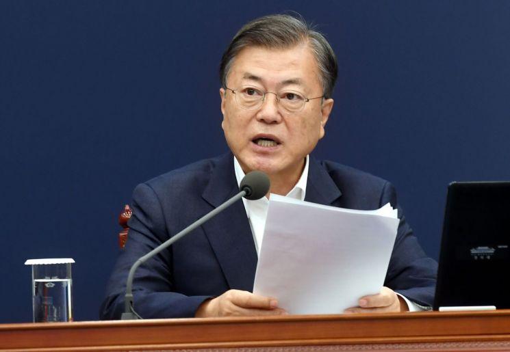 문재인 대통령이 26일 청와대에서 수석·보좌관 회의를 주재하고 있다. <사진=연합뉴스>