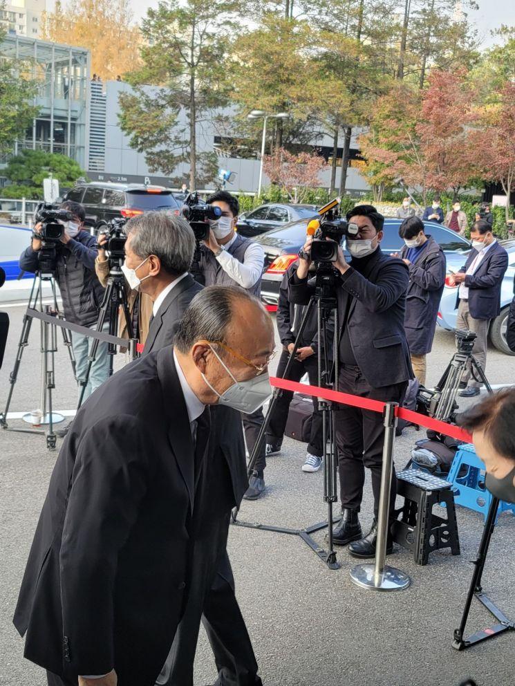 김승연 한화그룹 회장이 26일 이건희 삼성 회장 빈소를 찾아 유가족들을 위로했다. 사진=이기민 기자