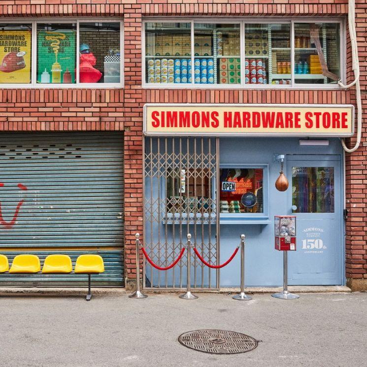 시몬스 침대가 부산 전포동에 브랜드 창립 150주년 기념 '시몬스 하드웨어 스토어'를 오픈했다. [사진=시몬스]