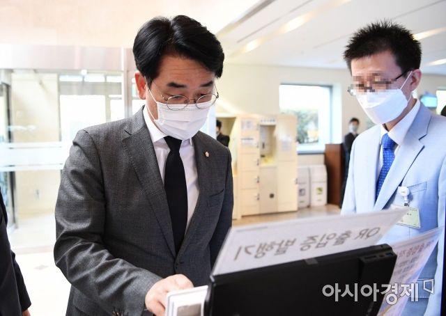 박용진 더불어민주당 의원(왼쪽)이 지난 26일 오후 이건희 삼성 회장 빈소가 마련된 서울 강남구 삼성서울병원 장례식장에 들어선 모습./사진공동취재단