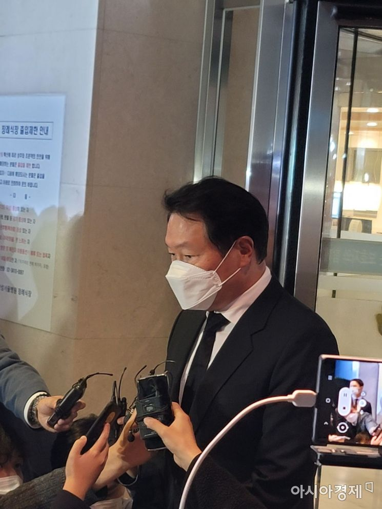 최태원 SK 회장은 26일 오후 이건희 삼성 회장 빈소를 찾아 유가족을 위로했다. 사진=이기민 기자