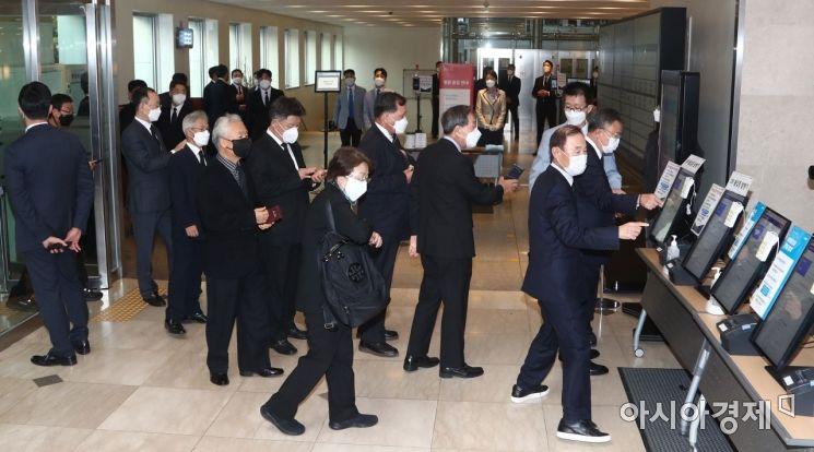 26일 오후 고(故) 이건희 삼성 회장의 빈소가 마련된 서울삼성병원 장례식장에 많은 조문객들이 들어서고 있다./사진공동취재단