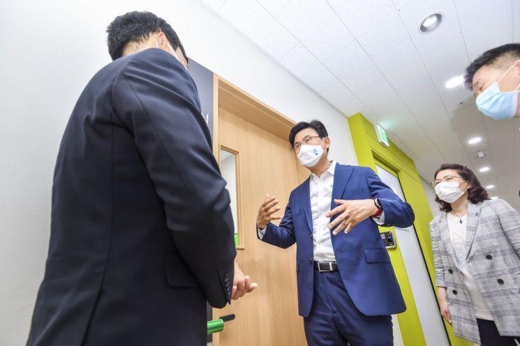 박성수 송파구청장이 지난 7월8일 한 장애인복지시설을 방문해 현장 점검 및 애로사항을 청취하고 있다.