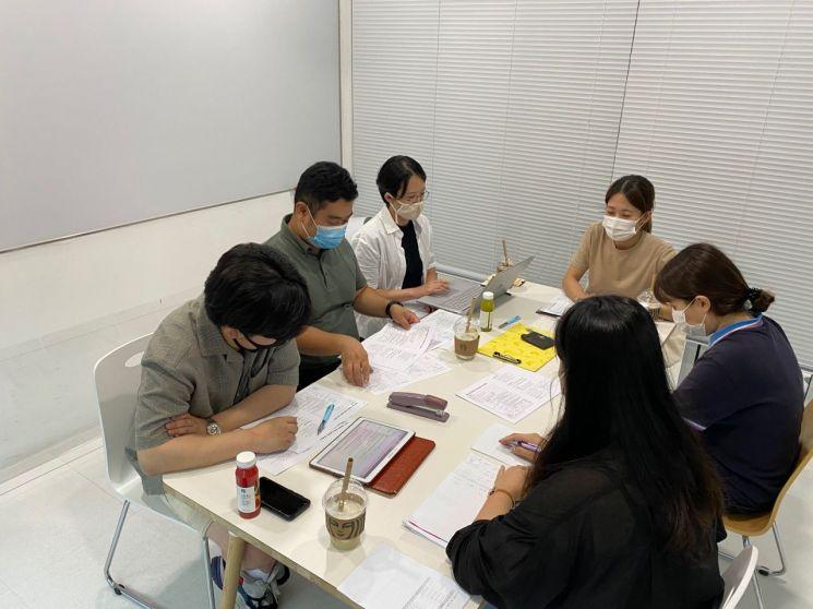 청년들이 노량진 청년일자리센터에서 청년자율예산제 제안서 검토를 했다.