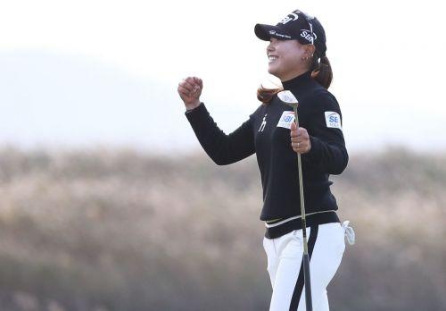 이소미가 휴엔케어여자오픈 우승 직후 환호하고 있다. 사진=KLPGA