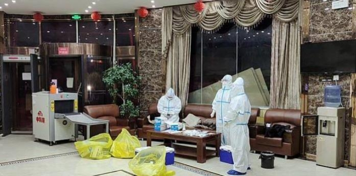 카스지역의 한 호텔에서 코로나19 검사를 준비 중인 방역요원. [이미지출처=연합뉴스]