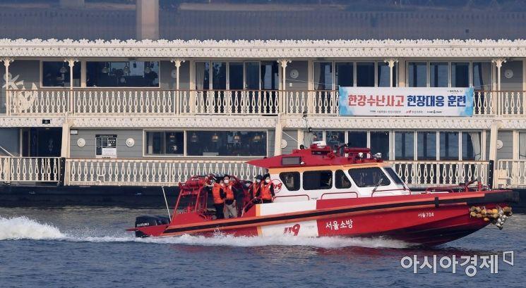[포토] '구조되는 화재 유람선 승객들'