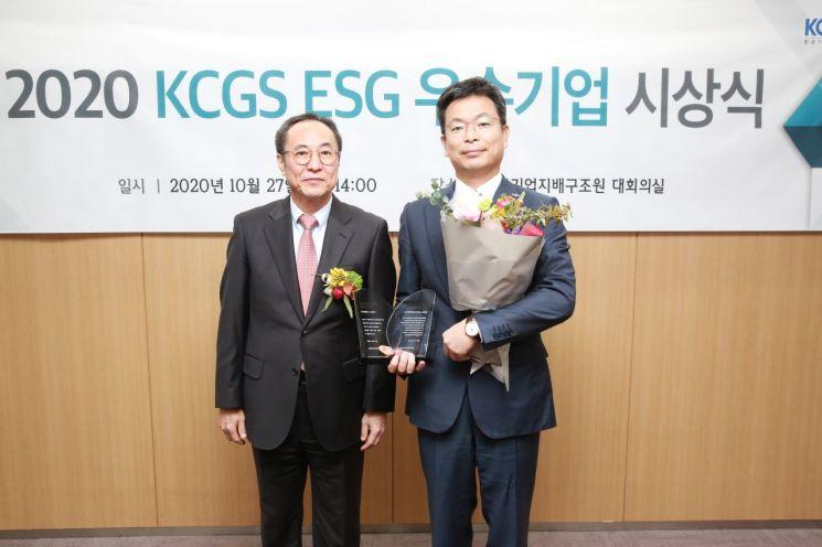 27일 서울 여의도 한국거래소에서 열린 '2020년 ESG(환경·사회·지배구조) 우수기업 시상식'에서 신진영 한국기업지배구조원 원장과 강성철 LG상사 경영전략담당(사진 오른쪽)이 기념촬영을 하고 있다./사진=LG상사