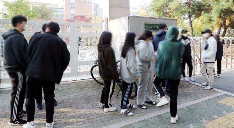 3학년 학생 한명이 코로나19 확진 판정을 받은 서울 성동구 성수고등학교 학생들이 검사를 받기위해 학교 앞에서 대기하고 있다. [이미지출처=연합뉴스]