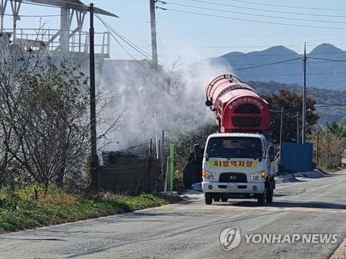 조류인플루엔자(AI) 차단 방역을 하고 있는 모습. [이미지출처=연합뉴스]