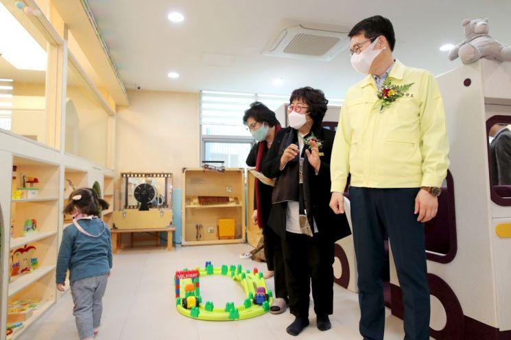 정원오 성동구청장이 육아종합지원센터 공동육아방을 둘러보고 있다.