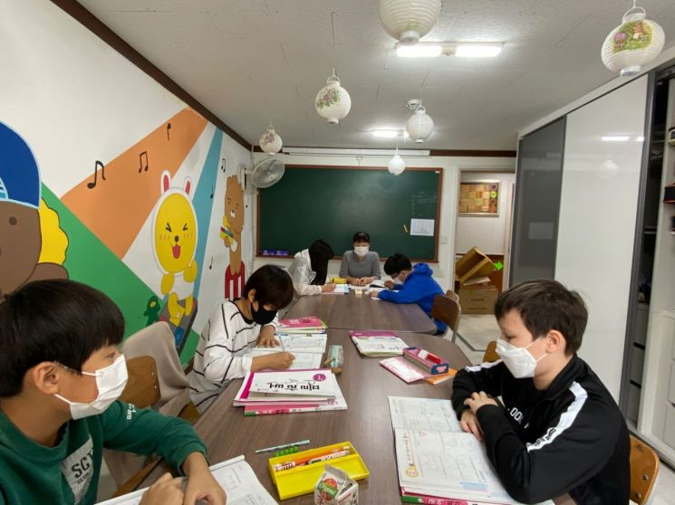 광진구 결혼이주여성이 지역아동센터에서 방과 후 교사로 활동하고 있는 모습