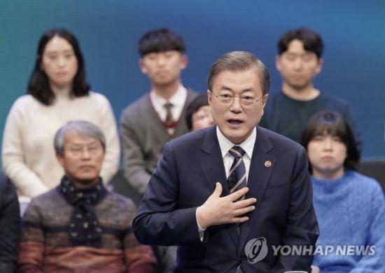 지난해 11월19일 문재인 대통령이 서울 상암동 MBC에서 '국민이 묻는다, 2019 국민과의 대화'를 하고 있다. [이미지출처=연합뉴스]