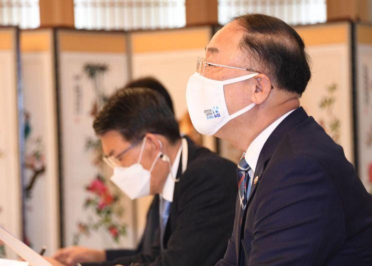 홍남기 부총리 겸 기획재정부 장관(오른쪽)이 28일 서울 광화문 정부서울청사에서 열린 '제9차 부동산시장 점검 관계장관회의'를 주재하며 모두발언을 하고 있다.