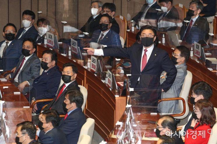[포토] 몸수색 항의하는 김성원 수석부대표