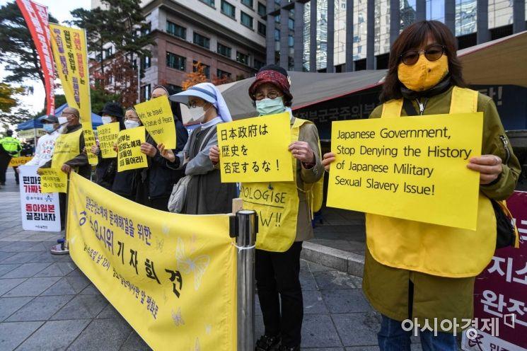 [포토]소녀상 앞에 모인 시민들