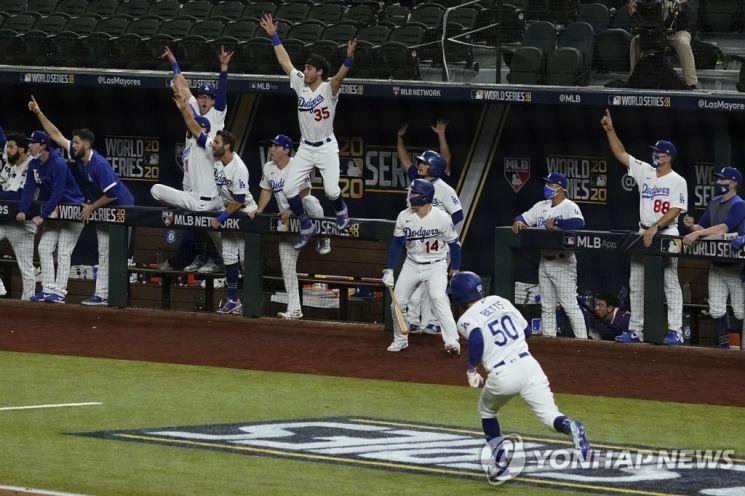 무키 베츠 홈런에 환호하는 LA 다저스 선수들./사진=AP 연합뉴스