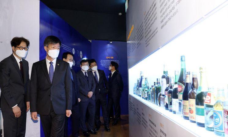 김대지 국세청장이 28일 세종국세청사 1층 국립조세박물관에서 '술, 풍요를 빚다' 특별전을 관람하고 있다.