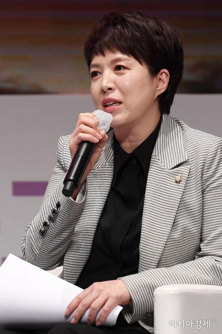 김은혜 국민의힘 의원이 28일 서울 중구 롯데호텔에서 열린 '2020 아시아여성리더스포럼'에서 양향자 더불어민주당 의원과 대담을 하고 있다./김현민 기자 kimhyun81@